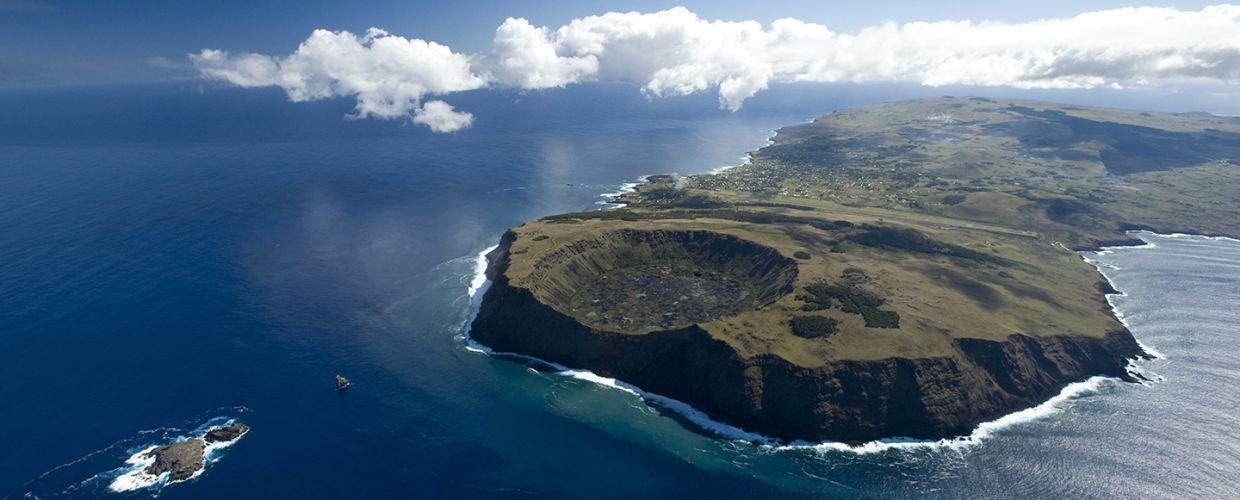 Easter-Island.-Islets-crater-of-a-volcano.-Wilderness-vacations-mgt6bo7cvty0uzr9o3jdudf3mr5dv9ck34hkfoqd8o_copie.jpg